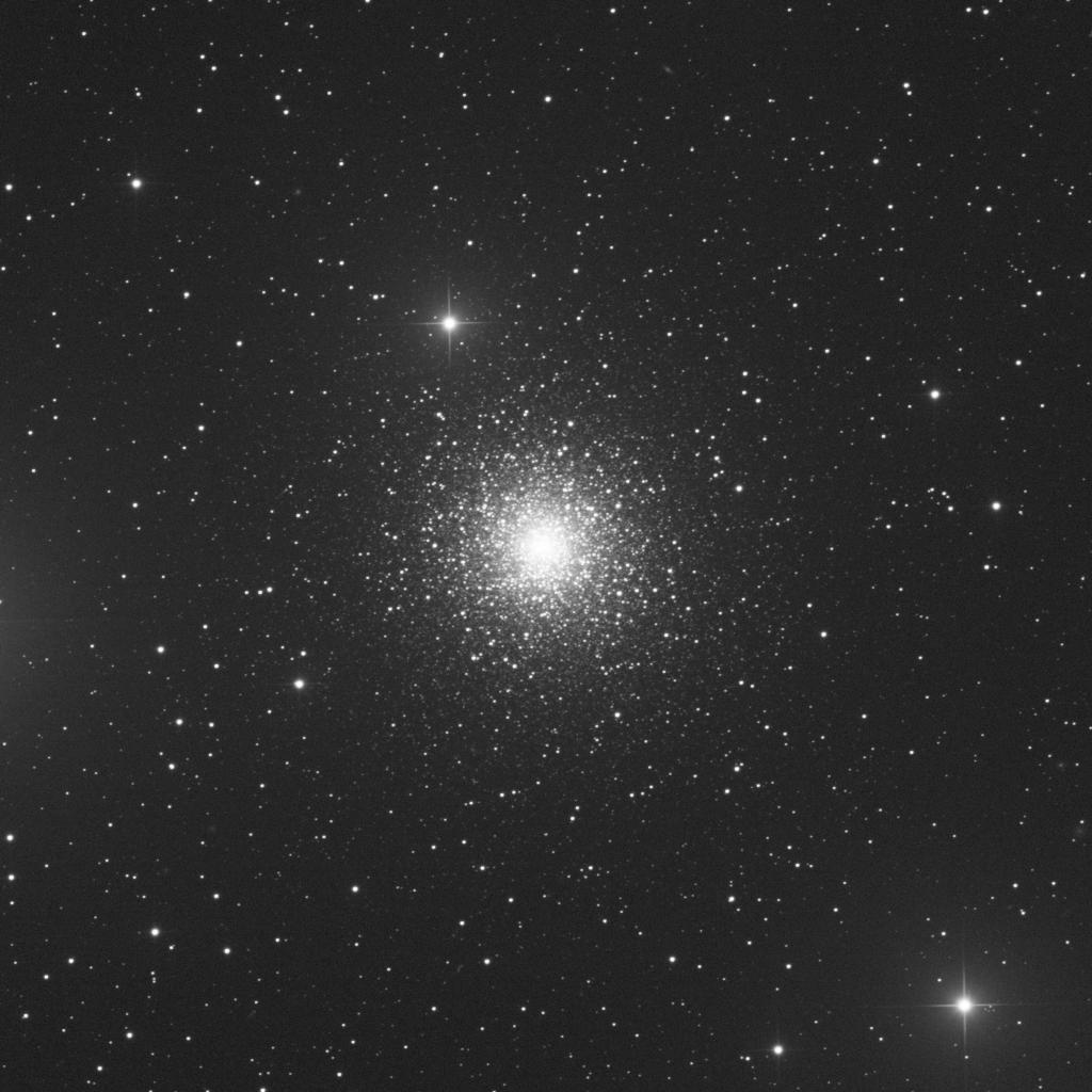 M15 aufgenommen mit einem PlaneWave CDK 20 Teleskop und einer Finger Lake Instrumentation FLI-PL11002 CCD Kamera. Norden ist oben, Osten links.