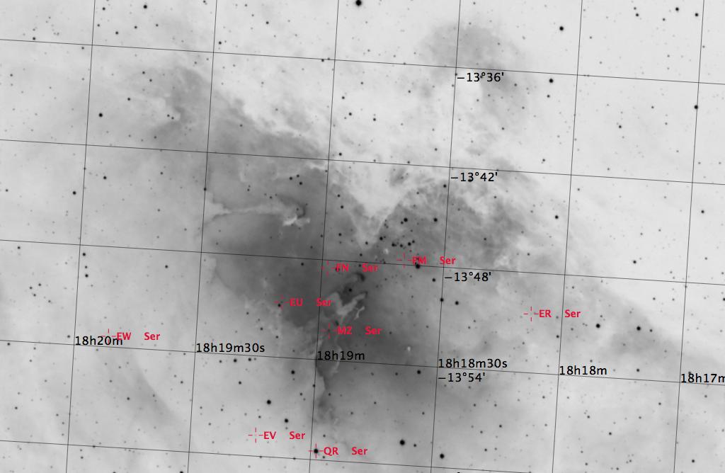 M16 aufgenommen mit einem Takahashi TOA-150, einem Hα-Filter und einer SBIG ST-10XME CCD Kamera. Veränderliche Sterne sind rot markiert. Norden ist oben, Osten links.