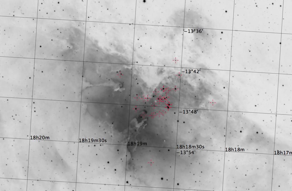 M16 aufgenommen mit einem Takahashi TOA-150, einem Hα-Filter und einer SBIG ST-10XME CCD Kamera. Doppelsterne sind rot markiert. Norden ist oben, Osten links.