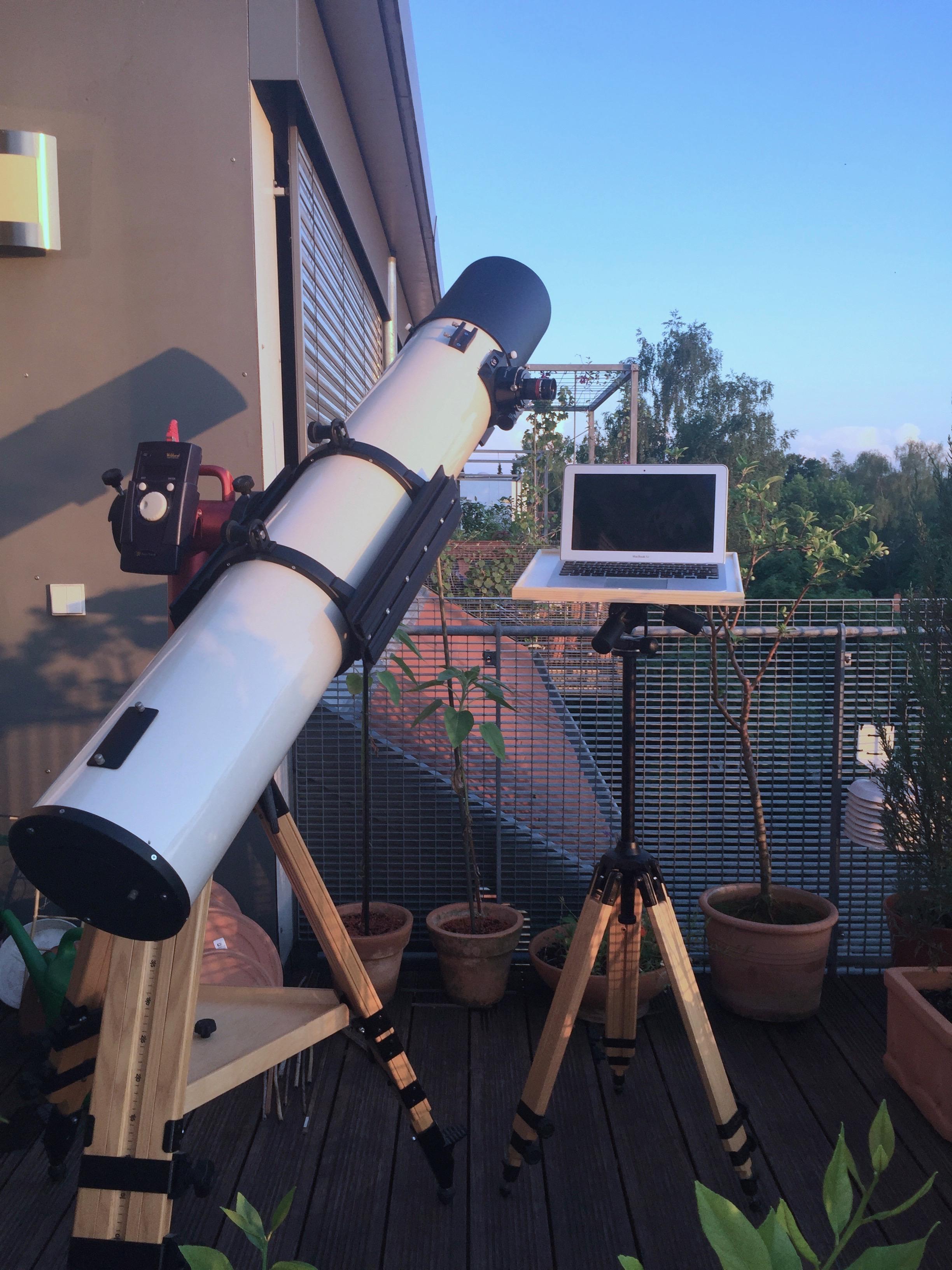 Intes Micro MN68 Teleskop, AOKswiss AYOdigi Montierung und Berlebach Planet Stativ. Beistelltisch: Berlebach Projektortischpatte, Manfrotto Neigekopf und Berlebach Report 8023 Stativ.