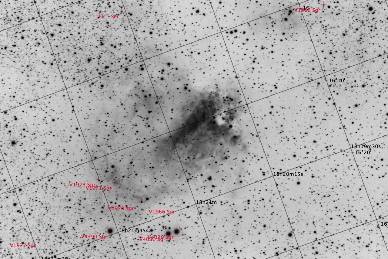 M17 aufgenommen mit einem Takahashi TOA-150 und einer Finger Lake Instrumentation FLI-ML8300c CCD Kamera. Veränderliche Sterne sind rot markiert. Norden ist oben links, Osten unten links.