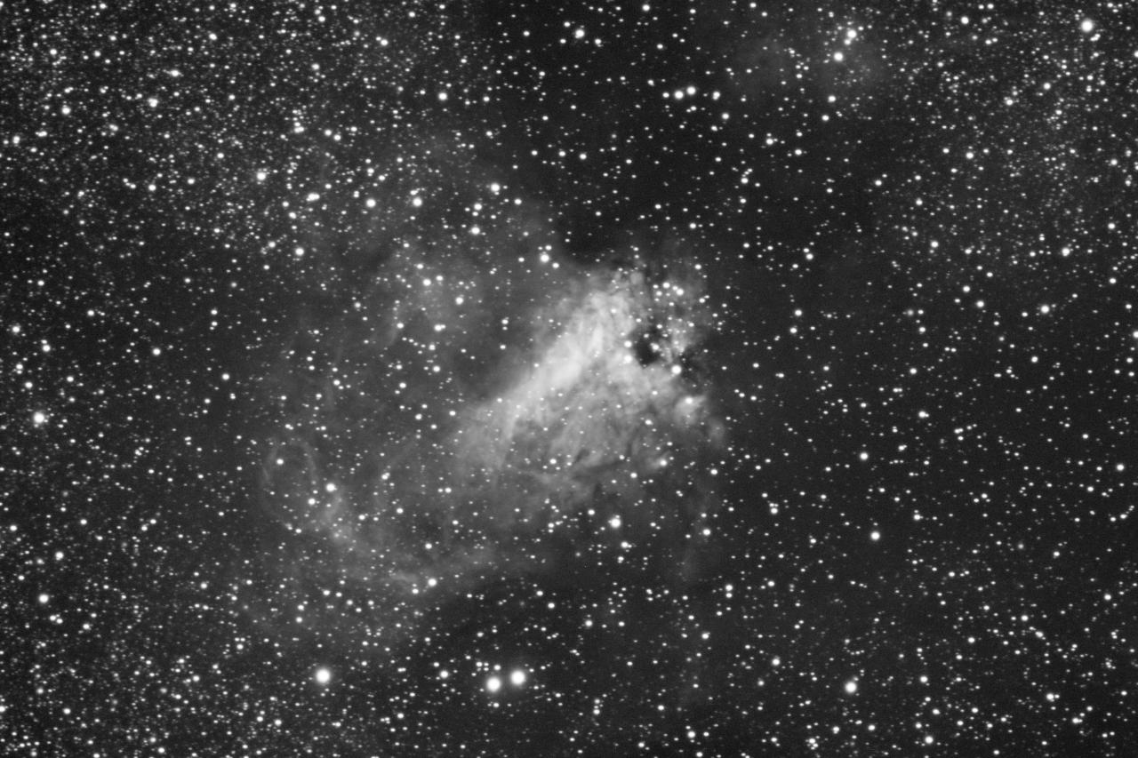 M17 aufgenommen mit einem Takahashi TOA-150 und einer Finger Lake Instrumentation FLI-ML8300c CCD Kamera. Norden ist oben links, Osten unten links.