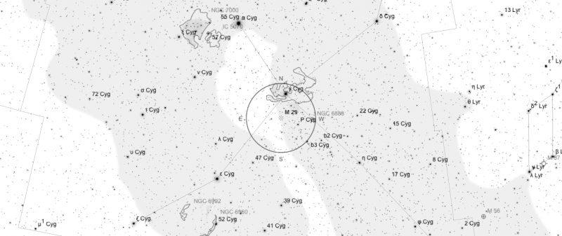 Aufsuchkarte für M29. Die Karte deckt einen Bereich von etwa 40° x 17° ab. Der eingezeichnete Kreis im Zentrum hat einen Durchmesser von 5°. Es sind Sterne bis zu einer Grenzgröße von +9,0 mag eingezeichnet.