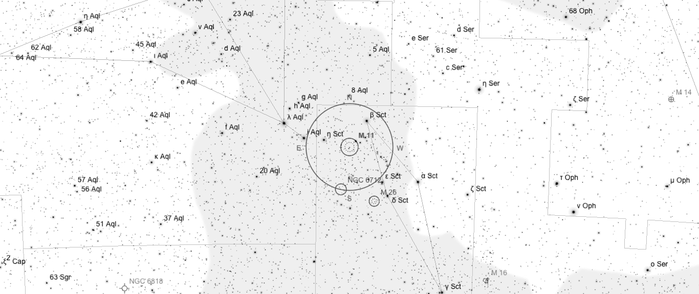 Aufsuchkarte für M11. Die Karte deckt einen Bereich von etwa 40° x 17° ab. Der eingezeichnete Kreis im Zentrum hat einen Durchmesser von 5°. Es sind Sterne bis zu einer Grenzgröße von +9,0 mag eingezeichnet.