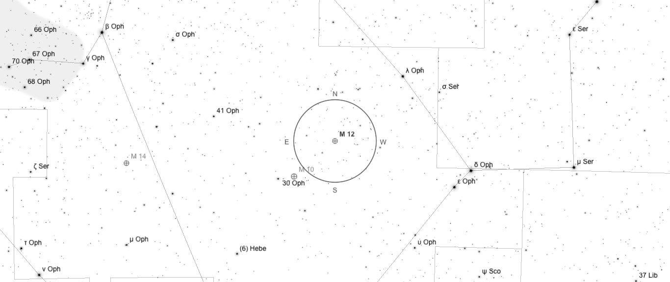 Aufsuchkarte für M12. Die Karte deckt einen Berich von etwa 40° x 17° ab. Der eingezeichnete Kreis im Zentrum hat einen Durchmesser von 5°. Es sind Sterne bis zu einer Grenzgröße von +9,0 mag eingezeichnet.