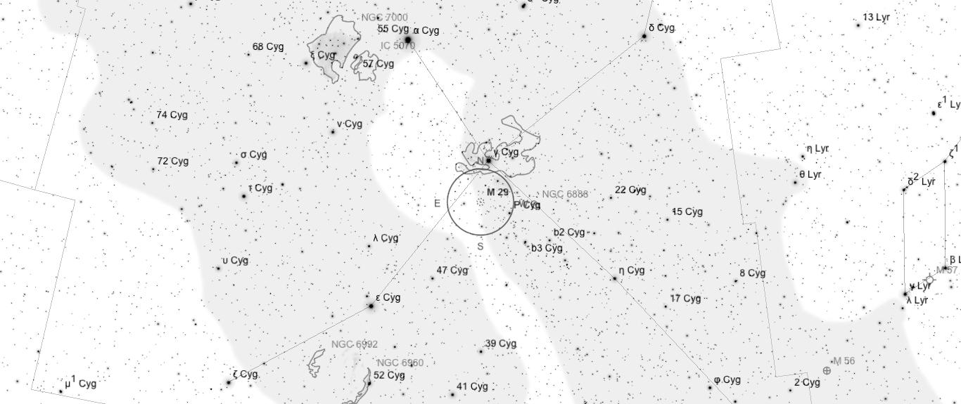 Aufsuchkarte für M29. Die Karte deckt einen Berich von etwa 40° x 17° ab. Der eingezeichnete Kreis im Zentrum hat einen Durchmesser von 5°. Es sind Sterne bis zu einer Grenzgröße von +9,0 mag eingezeichnet.