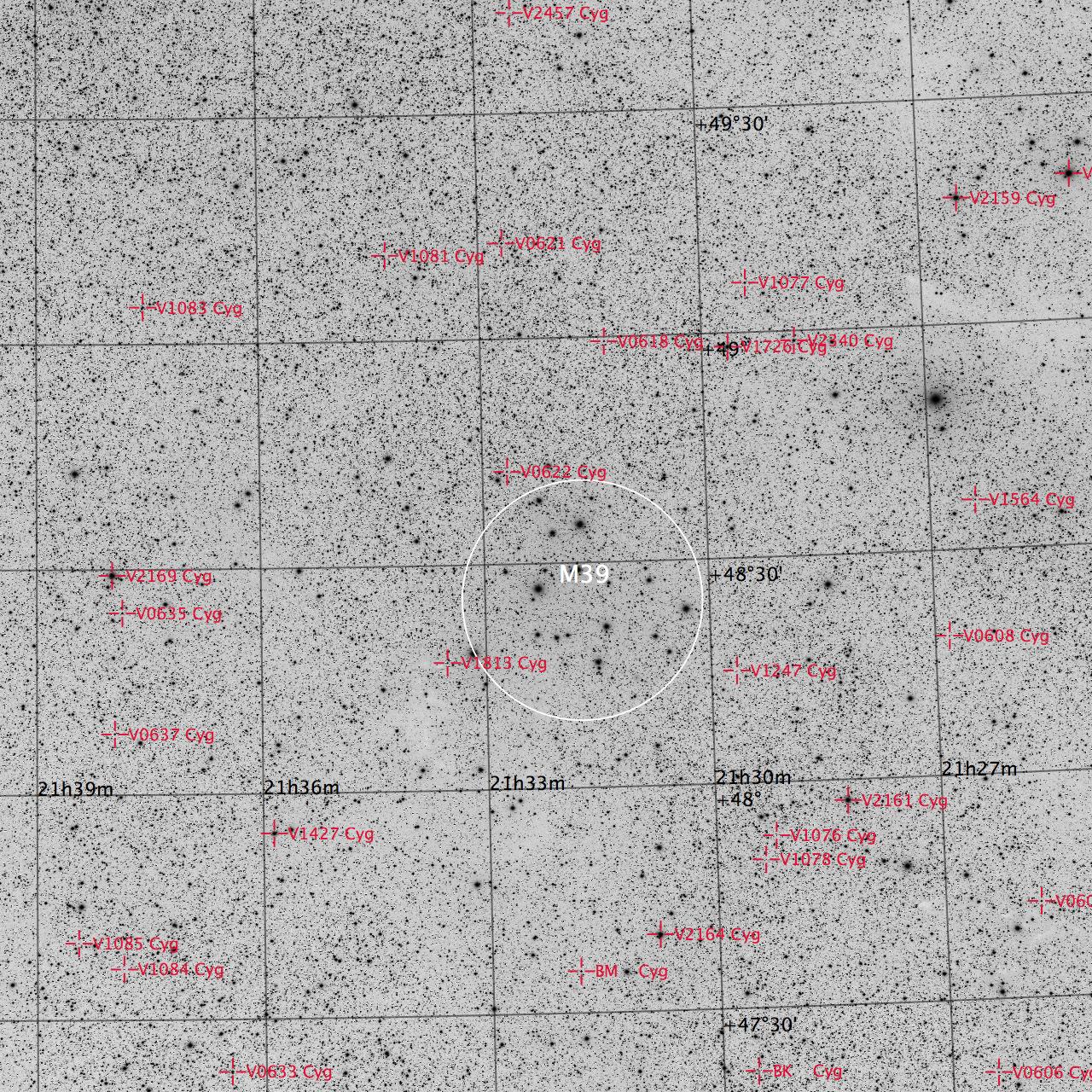 M39 aufgenommen mit einem Takahashi FSQ-106 Teleskop und einer SBIG STL-11000M CCD Kamera. Veränderliche Sterne sind rote markiert. Norden ist oben, Osten links.