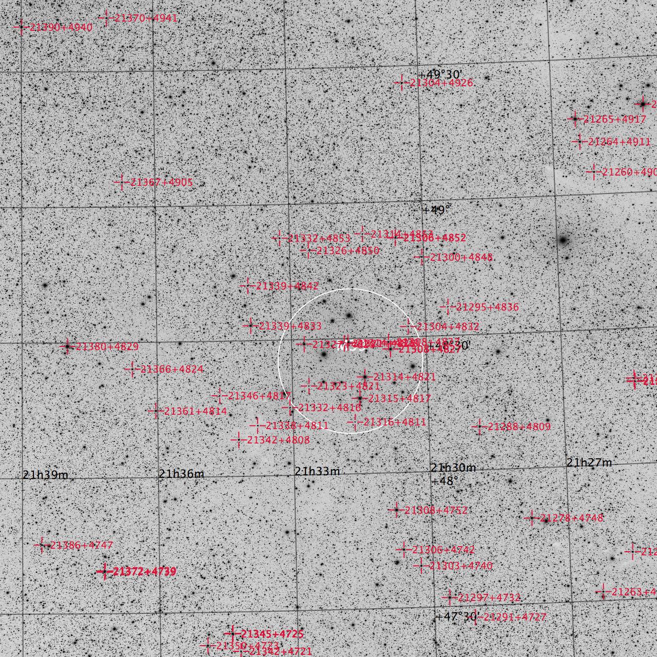 M39 aufgenommen mit einem Takahashi FSQ-106 Teleskop und einer SBIG STL-11000M CCD Kamera. Doppelsterne sind rote markiert. Norden ist oben, Osten links.