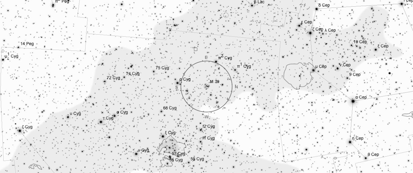 Aufsuchkarte für M39. Die Karte deckt einen Berich von etwa 40° x 17° ab. Der eingezeichnete Kreis im Zentrum hat einen Durchmesser von 5°. Es sind Sterne bis zu einer Grenzgröße von +9,0 mag eingezeichnet.