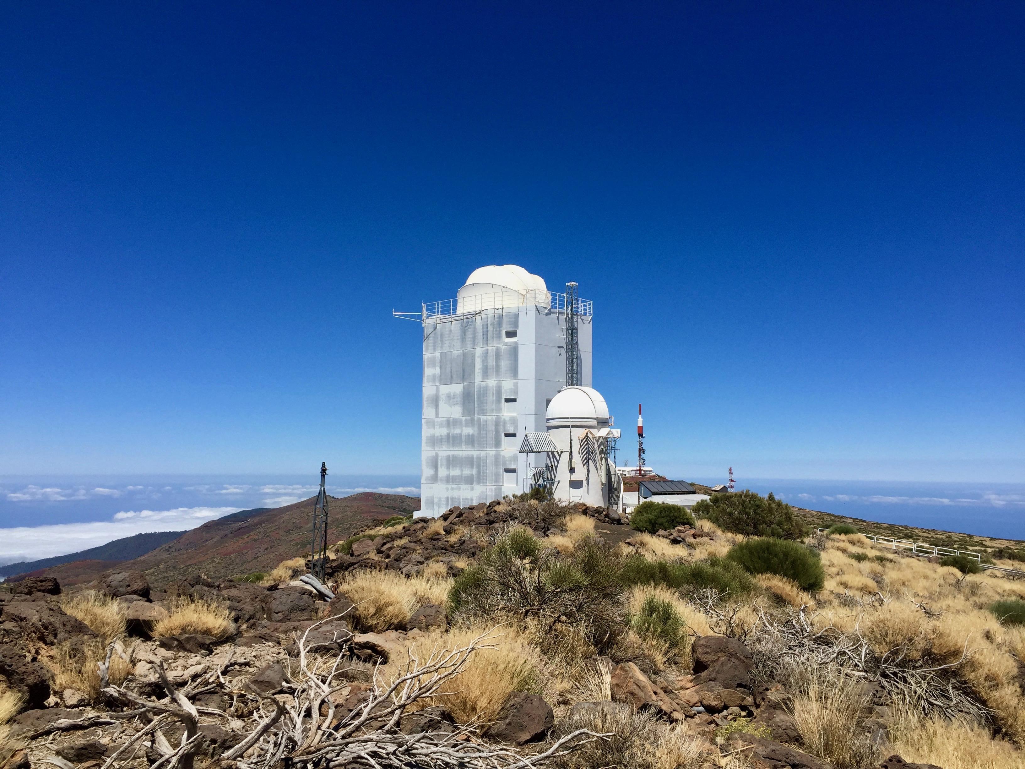 Fantastische Aussicht vom Gelände des Teide Observatorium mit Blick zum Vaccum Tower Telescope.
