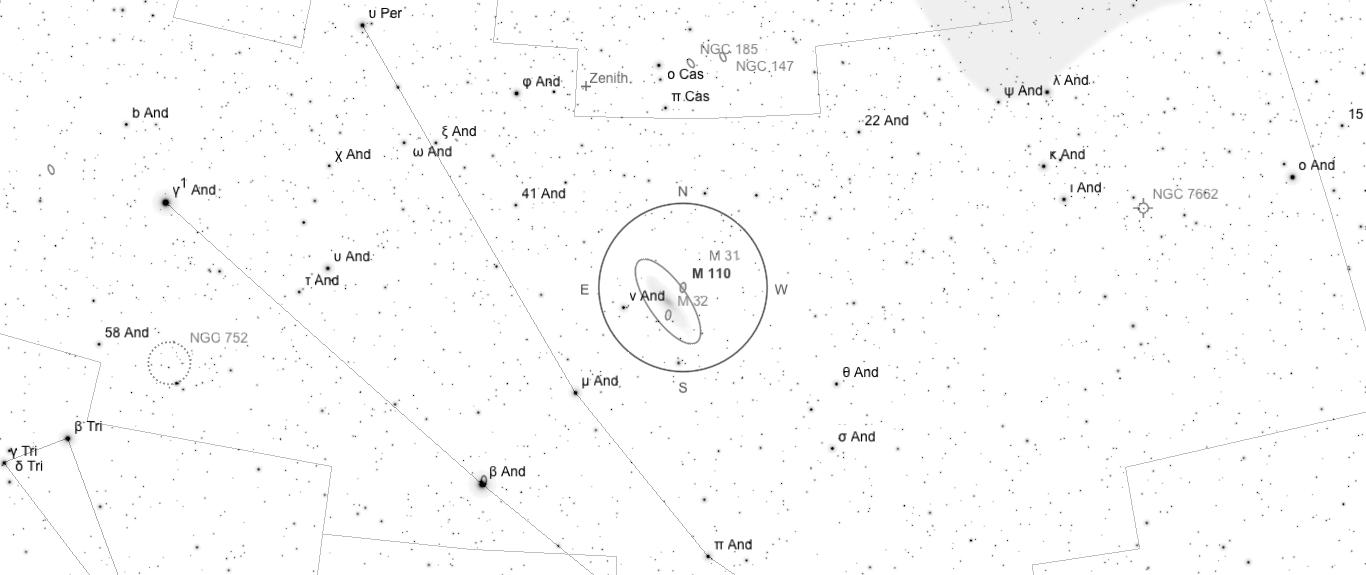 Aufsuchkarte für M110. Die Karte deckt einen Bereich von etwa 40° x 17° ab. Der eingezeichnete Kreis im Zentrum hat einen Durchmesser von 5°. Es sind Sterne bis zu einer Grenzgröße von +9,0 mag eingezeichnet.