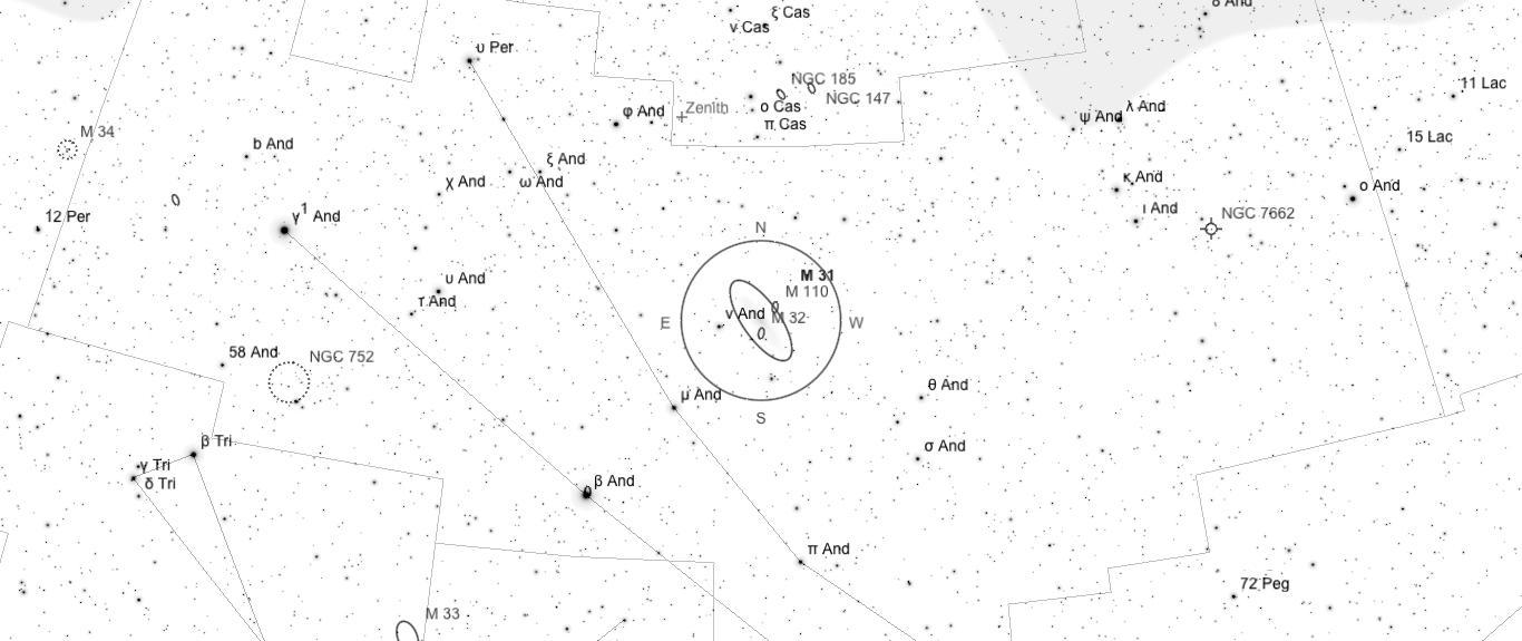 Aufsuchkarte für M31. Die Karte deckt einen Berich von 46° x 20° ab. Der eingezeichnete Kreis im Zentrum hat einen Durchmesser von 5°. Es sind Sterne bis zu einer Grenzgröße von +9,0 mag eingezeichnet.