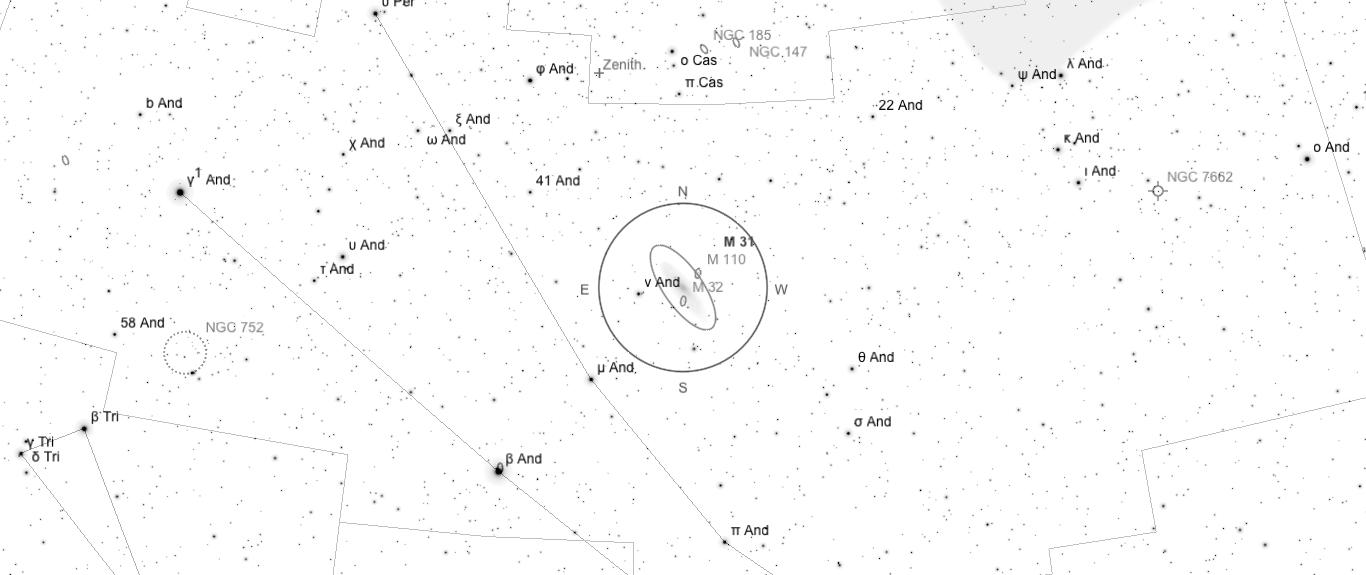 Aufsuchkarte für M31. Die Karte deckt einen Bereich von etwa 40° x 17° ab. Der eingezeichnete Kreis im Zentrum hat einen Durchmesser von 5°. Es sind Sterne bis zu einer Grenzgröße von +9,0 mag eingezeichnet.