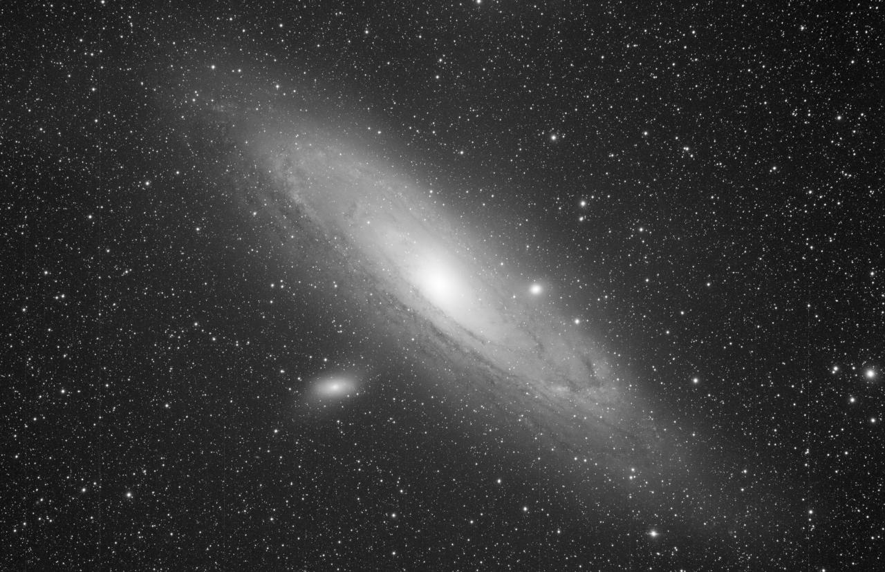 M31 mit M32 und M110 aufgenommen mit einem Takahashi FSQ-106 Refraktor und einer SBIG STL-11000M CCD Kamera. Norden ist links, Osten oben.