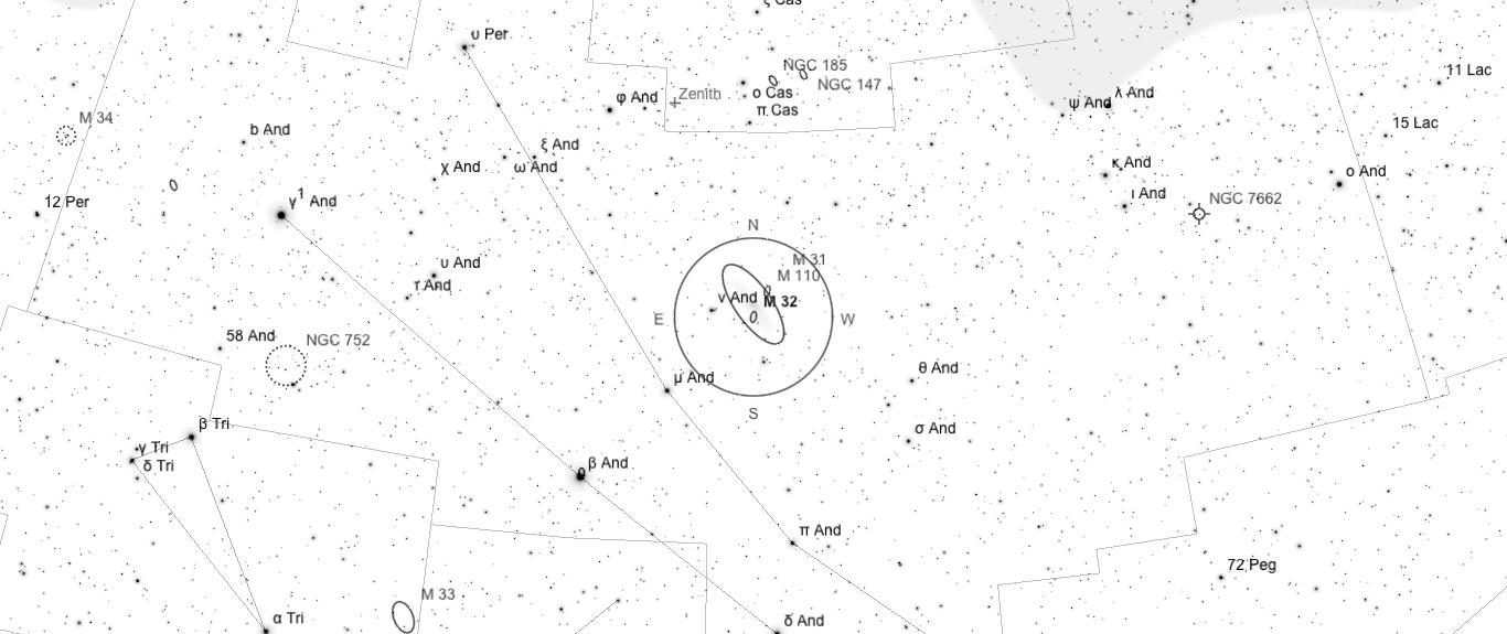 Aufsuchkarte für M32. Die Karte deckt einen Berich von 46° x 20° ab. Der eingezeichnete Kreis im Zentrum hat einen Durchmesser von 5°. Es sind Sterne bis zu einer Grenzgröße von +9,0 mag eingezeichnet.