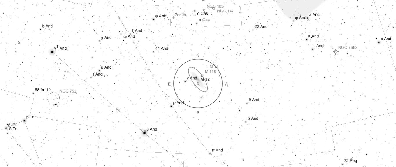 Aufsuchkarte für M32. Die Karte deckt einen Bereich von etwa 40° x 17° ab. Der eingezeichnete Kreis im Zentrum hat einen Durchmesser von 5°. Es sind Sterne bis zu einer Grenzgröße von +9,0 mag eingezeichnet.