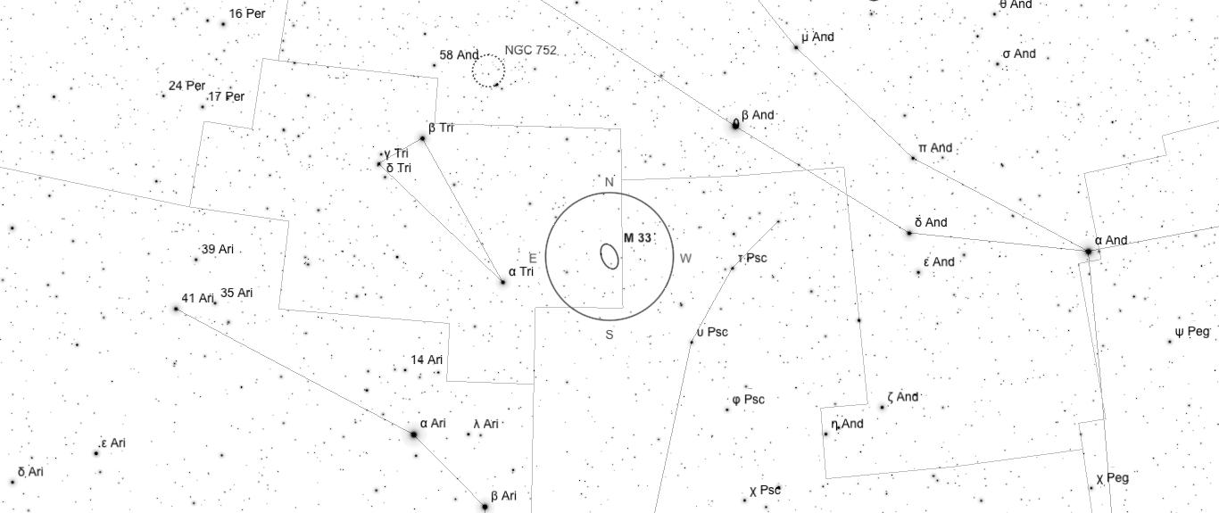 Aufsuchkarte für M33. Die Karte deckt einen Berich von 46° x 20° ab. Der eingezeichnete Kreis im Zentrum hat einen Durchmesser von 5°. Es sind Sterne bis zu einer Grenzgröße von +9,0 mag eingezeichnet.