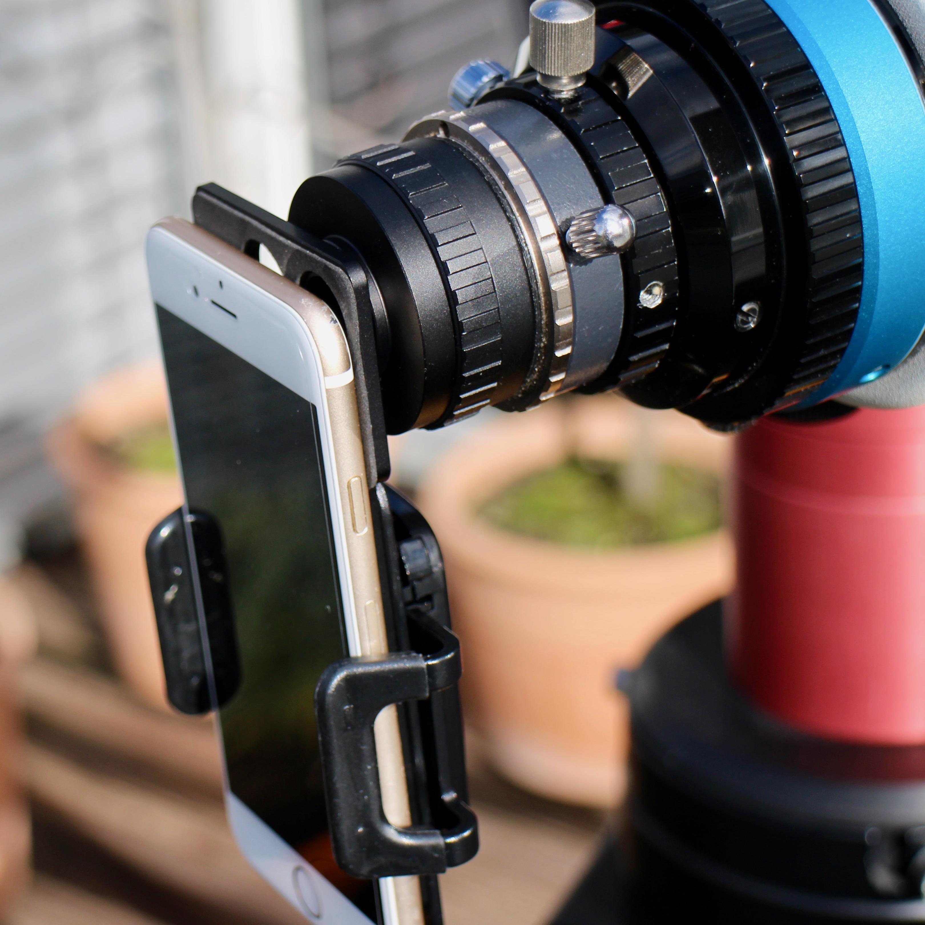 """TS-Optics Smartphone/T2-Adapter mit iPhone 6 montiert an ein Teleskop via Baader 1,25""""/T2 Okularklemme, Baader T2 Schnellkupplung und Baader und T2 Verlängerungshülse."""