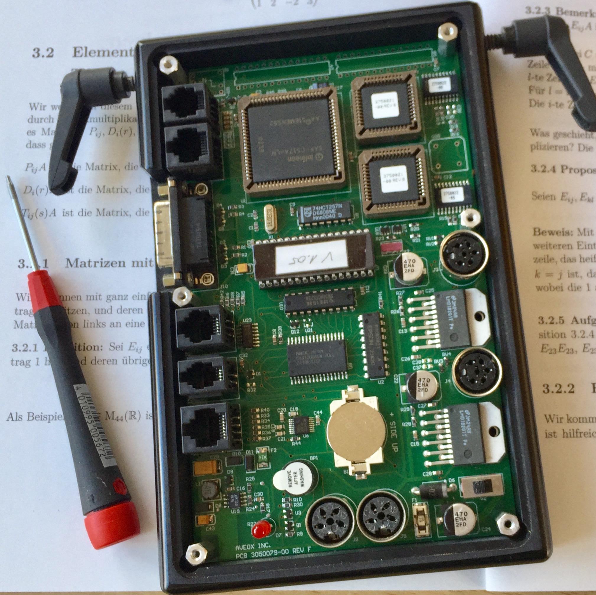 Geöffnete Losmandy G11 Gemini Steuerung. Die CR2032 Batterie befindet sich mittig, unten.