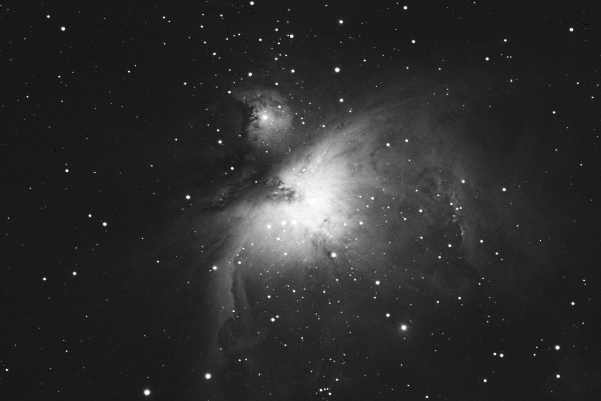 M42 aufgenommen mit einem Takahashi TOA-150 Refraktor und einer Finger Lake Instrumentation FLI-ML8300c CCD Kamera. Norden ist links oben, Osten links unten.