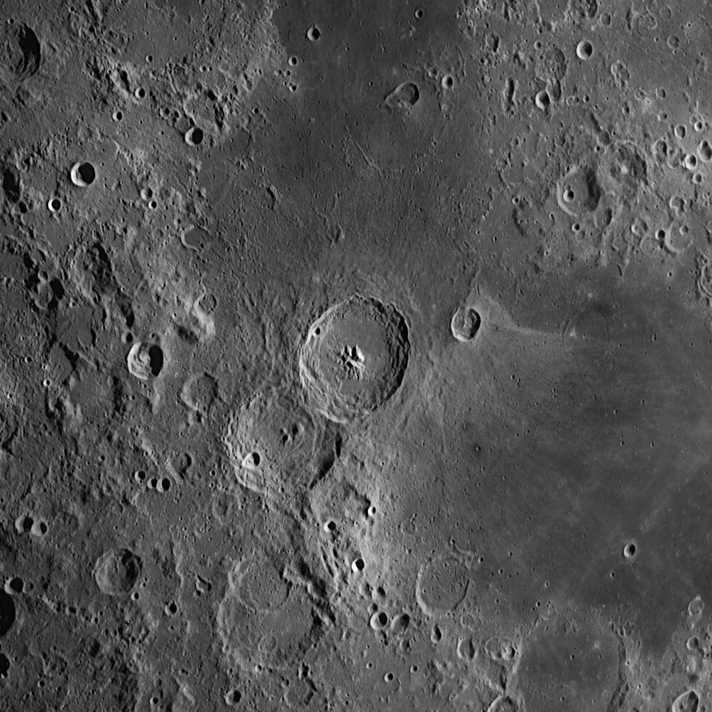 Theophilus aufgenommen mit einem Orion OMC 200 Maksutov Cassegrain Teleskop und einer ZWO ASI 174 MM Kamera (Mondalter 7,2 d).