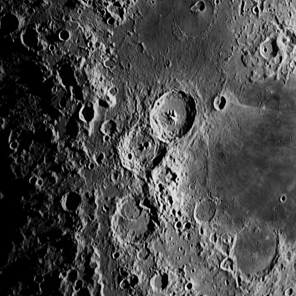 Cyrillus aufgenommen mit einem Orion OMC 200 Maksutov Cassegrain Teleskop und einer ZWO ASI 174 MM Kamera (Mondalter 6,2 d).